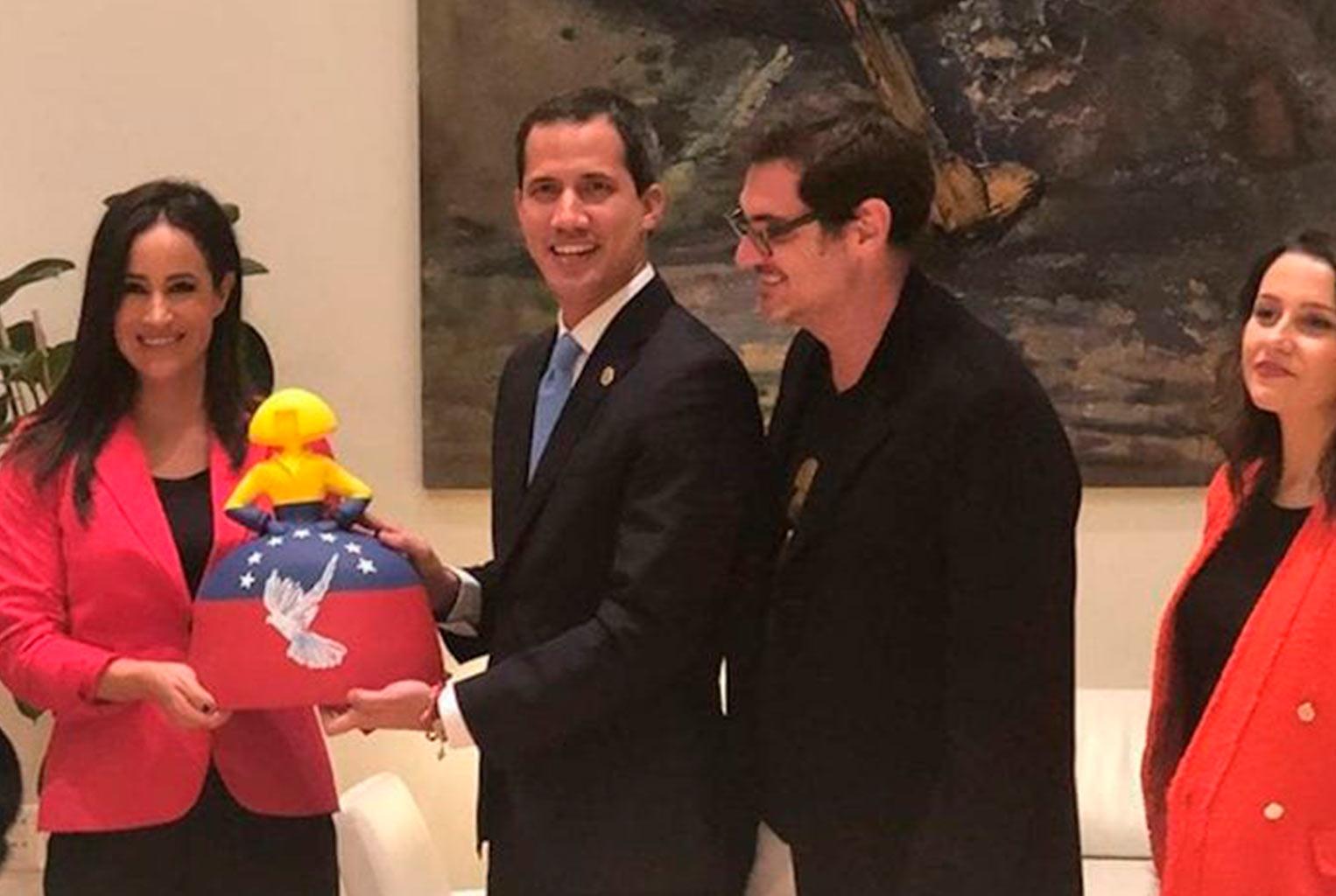 Guaidó recibió en Madrid una Menina con siete estrellas hecha por un venezolano